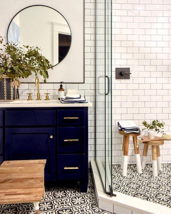 Interior Kamar Mandi Minimalis Gaya Ghotic Dengan Keramik Motif Tegel Kunci Quatrefoil