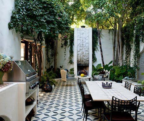 Inspirasi Desain Ruang Makan Terbuka dengan Tegel Antik Menyatu dengan Alam