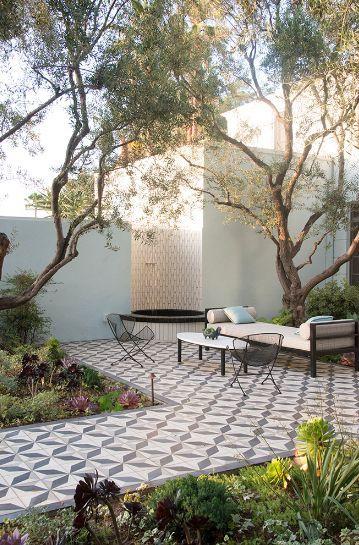 Inspirasi Desain Ruang Santai Terbuka dengan Tegel Jadul yang Nyaman dan Segar