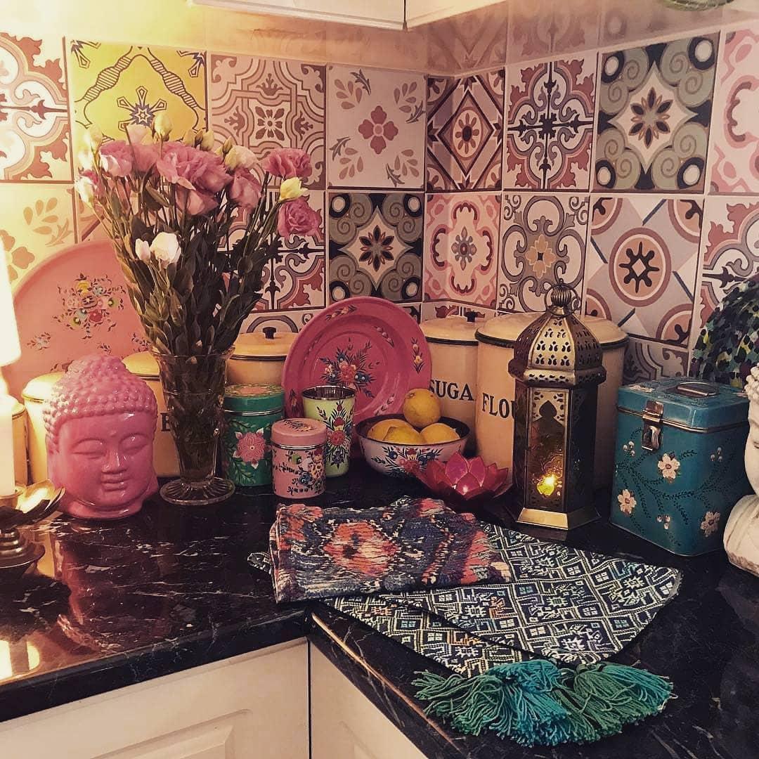 Inspirasi Interior Dapur dengan Tegel Lawas yang Menampilkan Konsep Bohemian