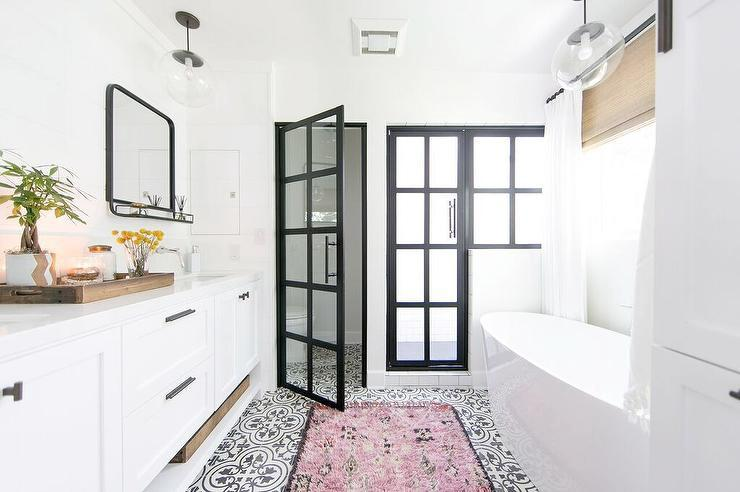 Inspirasi Interior Kamar Mandi Bergaya Monokrom dengan Lantai Tegel Kuno yang Tampil Cantik dan Elegan